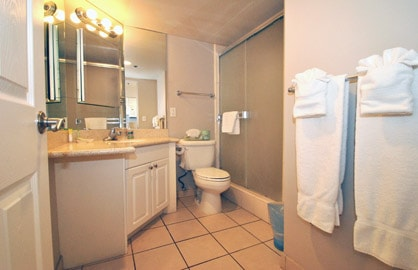 Spacious Bathroom & Walkin Shower