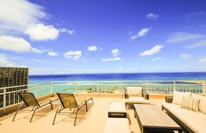 Massive 490sf Penthouse Lanai Beach Views