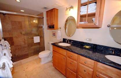 Large Bathroom w/2 Sinks